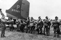 Photo, Paratroopers get final instructions before Normandy 