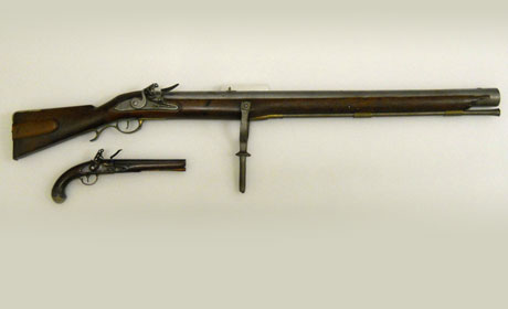 A size comparison showing the complete amusette juxtaposed to a flintlock pistol